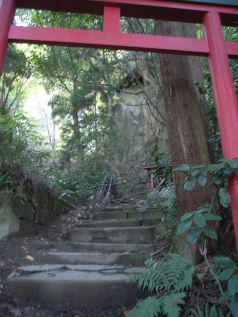 蛎崎大明神(最後の鳥居から大岩を臨む)