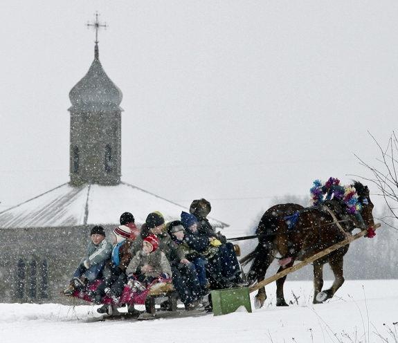 ウマ橇に乗るこどもたち